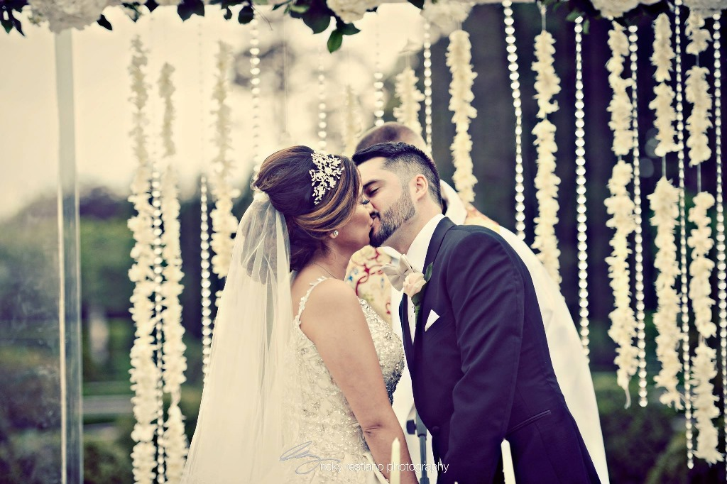 oheka, bride and groom kiss