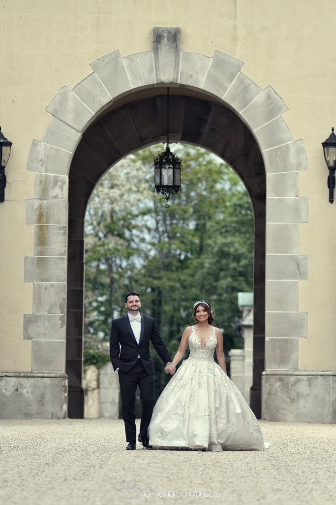 oheka, bride and groom in arch