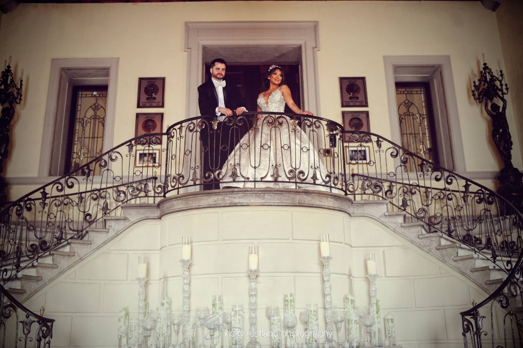 oheka, bride and groom on stairs