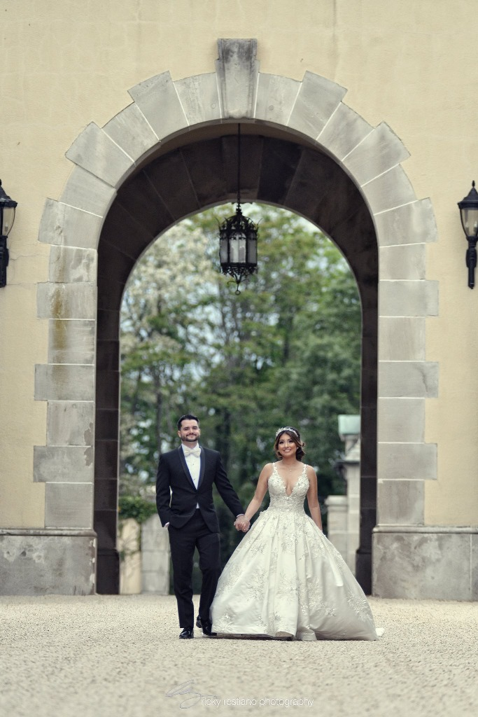 oheka, bride and groom under arch