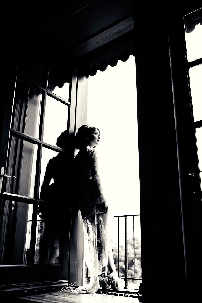 oheka, bride in bridal suite door